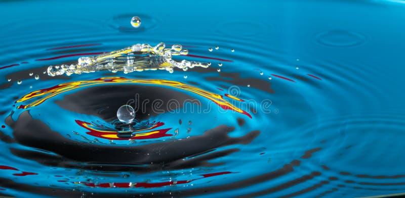 Inverkan f?r vattendroppf?rgst?nk arkivbilder