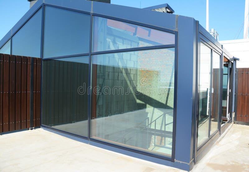 Invernadero constructivo o invernadero de la nueva casa foto de archivo
