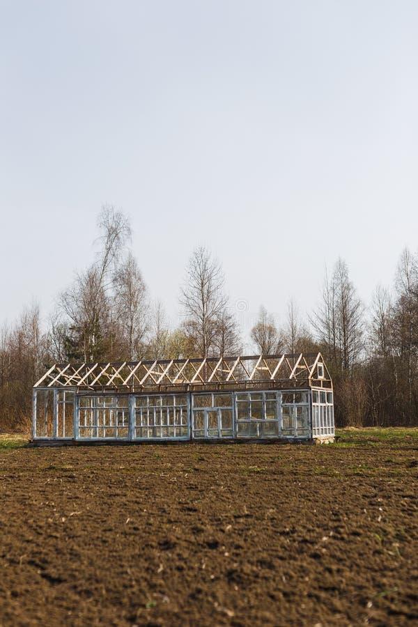 Invernadero de las ventanas en el jard?n en primavera temprana foto de archivo libre de regalías