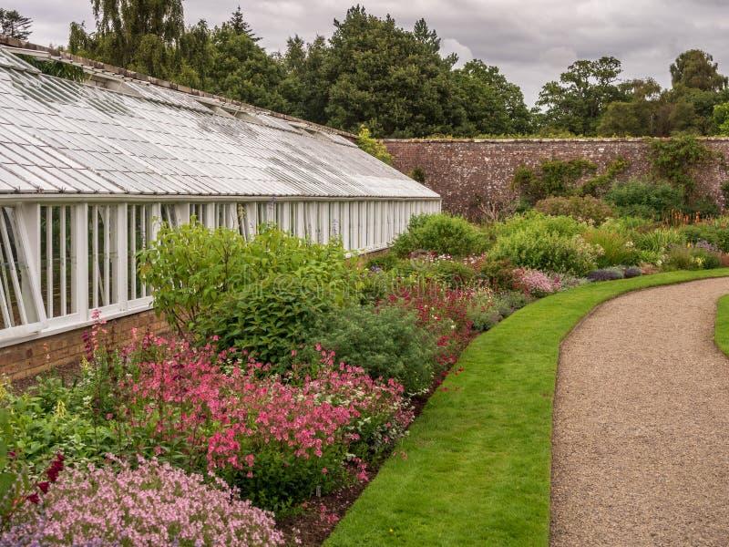 Invernadero en un jardín foto de archivo libre de regalías