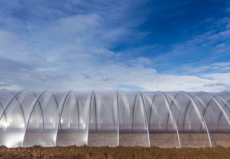 Invernadero exterior en el cielo azul imagenes de archivo