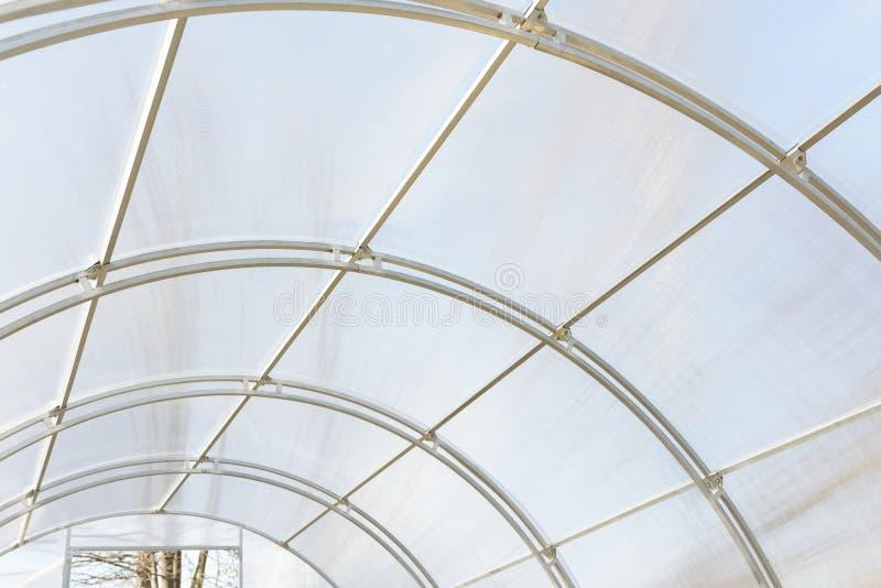 Invernadero hecho de la res muerta del policarbonato y del metal Pequeño invernáculo Construcción metálica cubierta con el polica imágenes de archivo libres de regalías