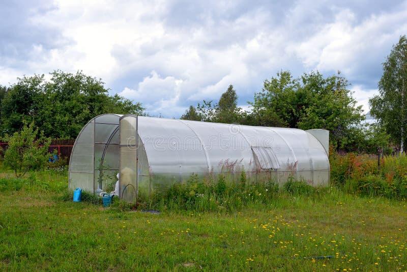 Invernadero hecho del marco metálico y del exterior plástico fotografía de archivo