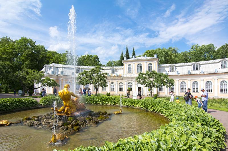 Invernadero y fuente grandes Tritón del naranjal en Peterhof, St Petersburg, Rusia imagenes de archivo