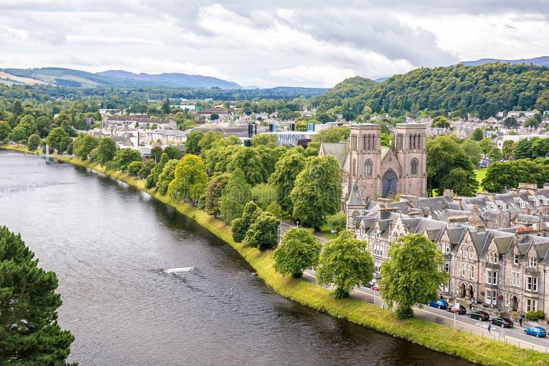 Inverness en el tiempo nublado en verano, Escocia imagen de archivo