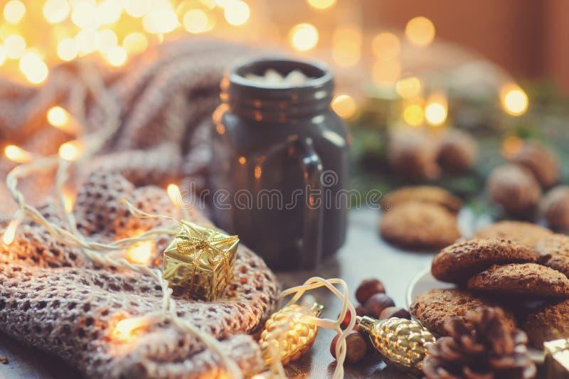Inverno accogliente e Natale che mettono con il cacao caldo con le caramelle gommosa e molle ed i biscotti casalinghi immagini stock