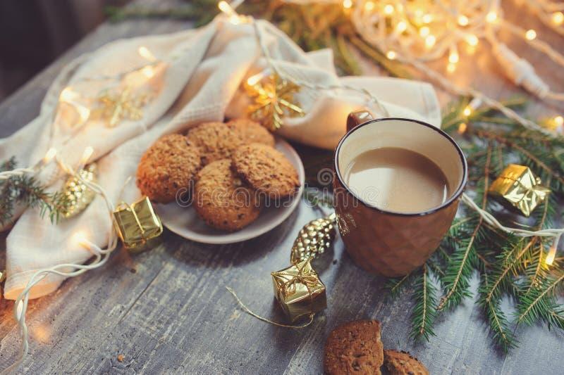 Inverno accogliente e Natale che mettono con il cacao caldo con le caramelle gommosa e molle ed i biscotti casalinghi fotografia stock