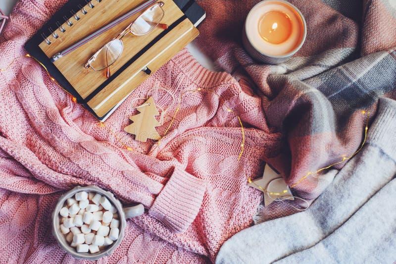 inverno accogliente o tavola di Natale con i vestiti stagionali di modo, il cacao caldo e le candele fotografie stock libere da diritti