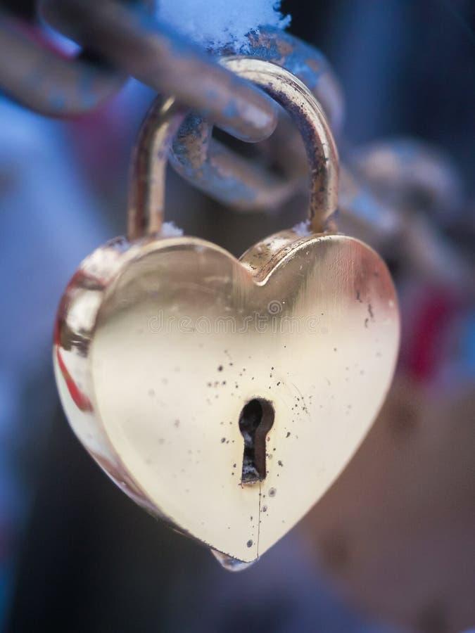 Inverno all'aperto Valentine Day Romance Love del lucchetto dorato del cuore fotografia stock libera da diritti