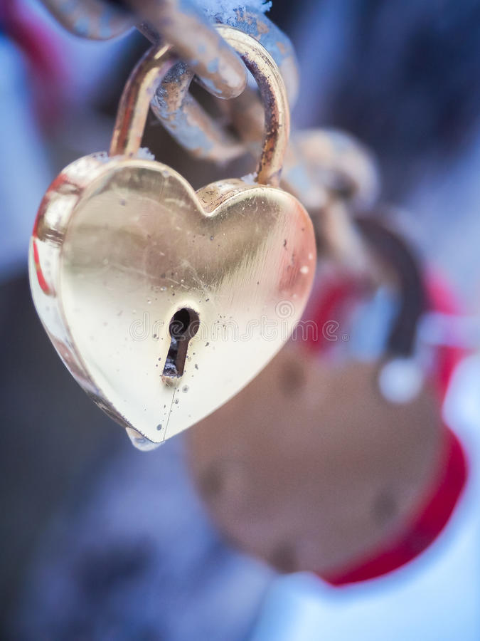 Inverno all'aperto Valentine Day Romance Love del lucchetto dorato del cuore immagine stock
