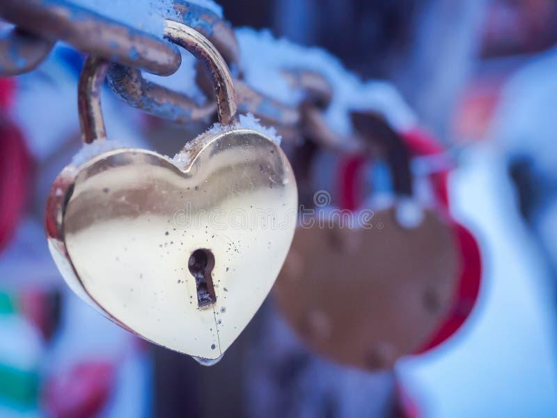 Inverno all'aperto Valentine Day Romance Love del lucchetto dorato del cuore immagini stock libere da diritti