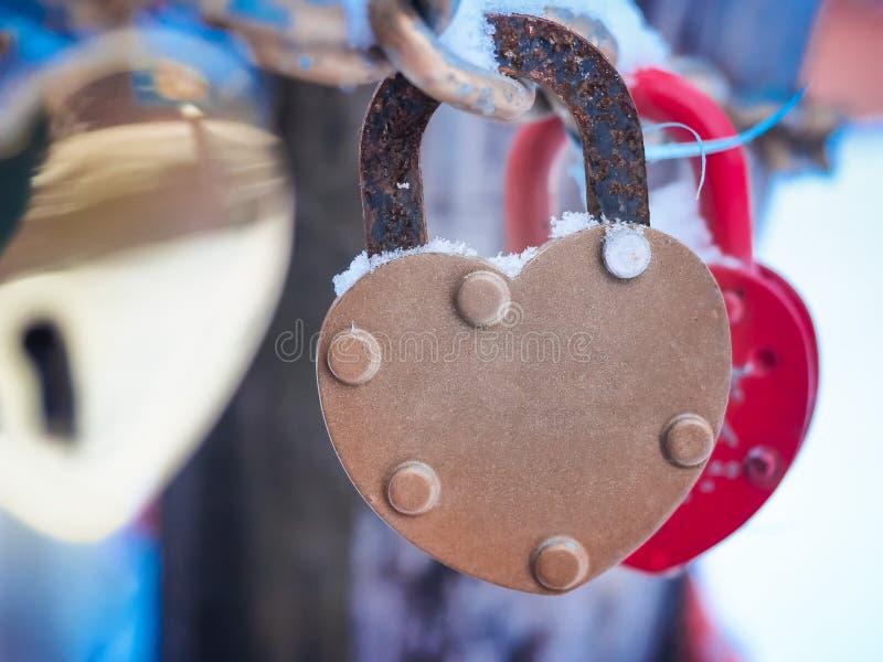 Inverno all'aperto Valentine Day Romance Love del lucchetto dorato del cuore immagine stock libera da diritti