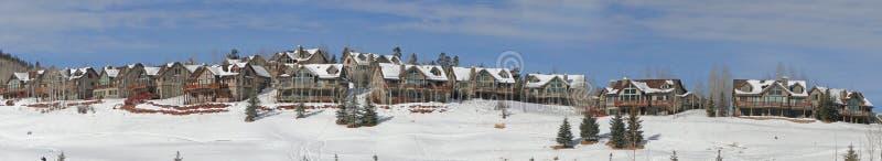 Inverno, as grandes casas negligenciam o campo nevado fotografia de stock royalty free