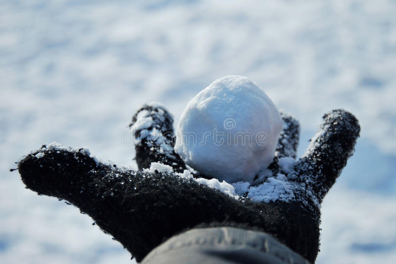 INVERNO: Bola de neve na mão imagens de stock royalty free
