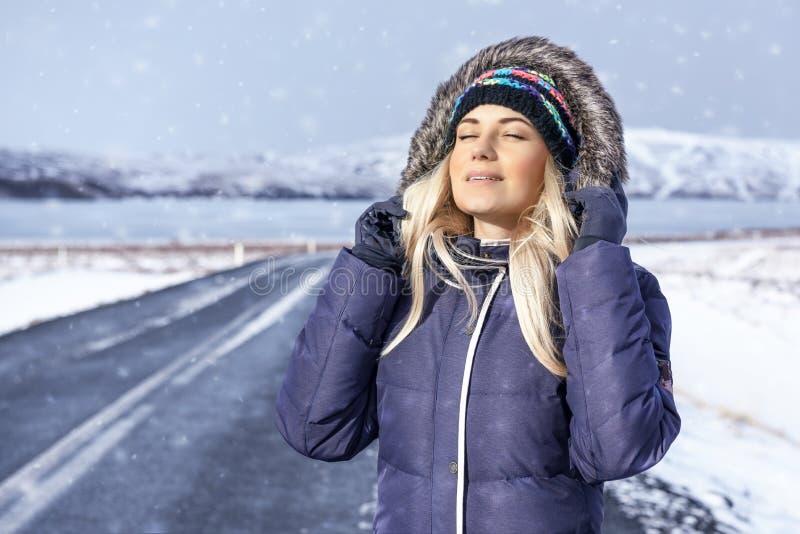 inverno bonito do enjoyong da menina foto de stock royalty free
