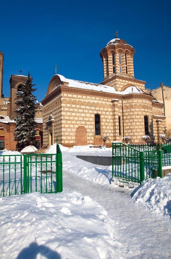 Inverno a Bucarest - vecchia chiesa della corte fotografie stock