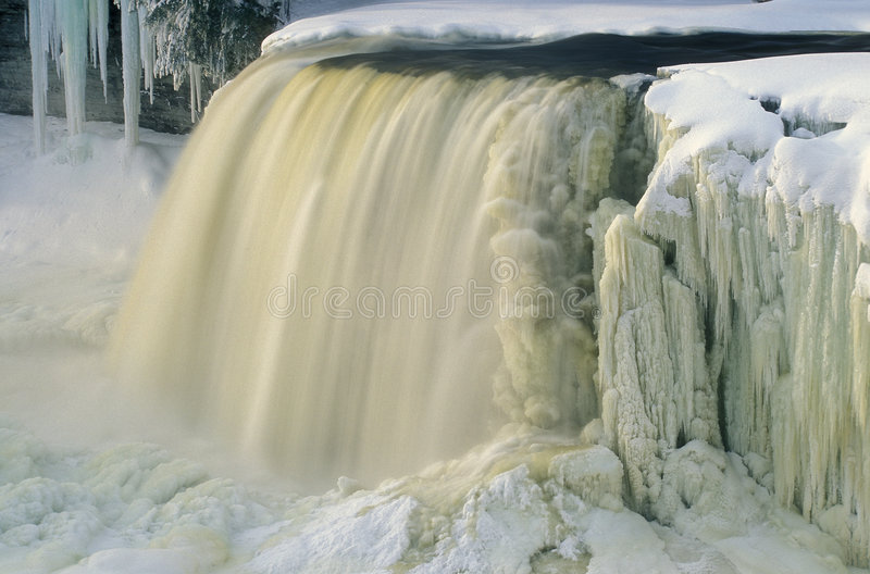 Inverno, cadute superiori di Tahquamenon fotografia stock libera da diritti