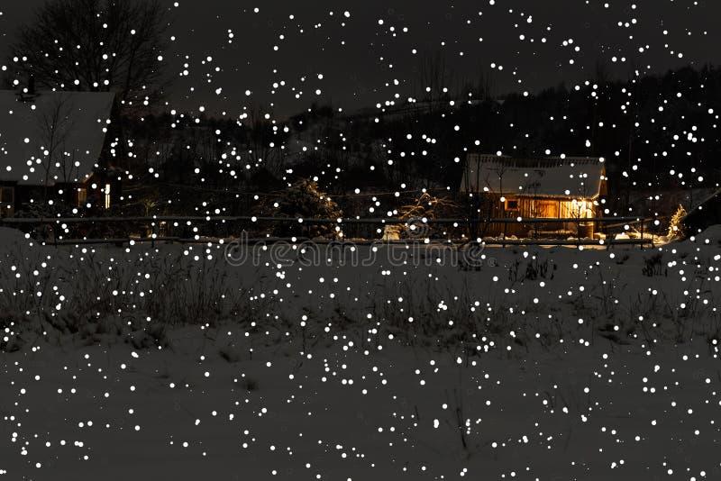 Inverno it& x27; casa de madeira nevando fria de s não há não mais casa ao redor imagens de stock