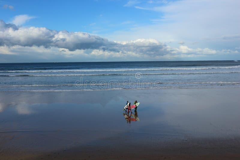 Inverno che pratica il surfing in San Lorenzo immagini stock