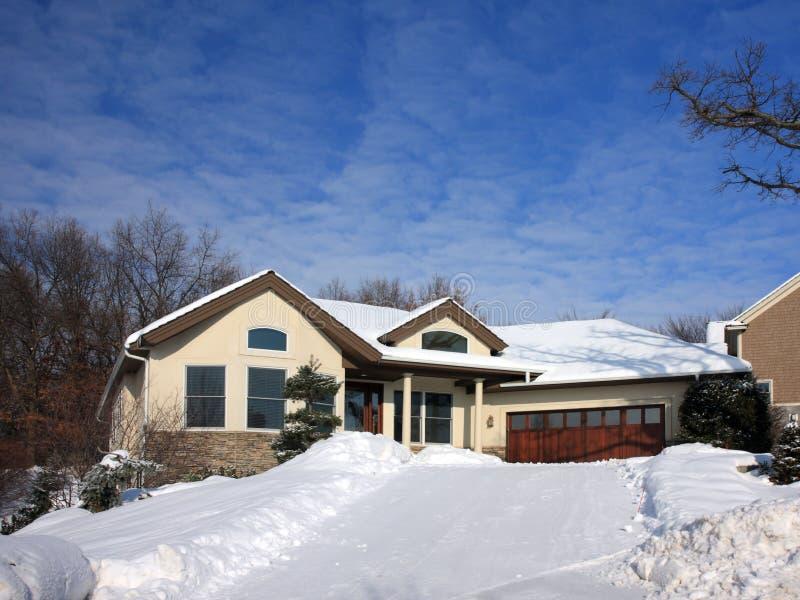 Inverno con neve sulla strada privata fotografie stock