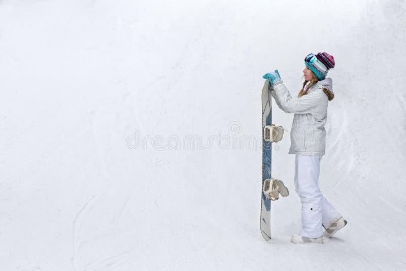 Inverno, concetto di sport, giovane donna felice con lo snowboard all'aperto immagini stock libere da diritti