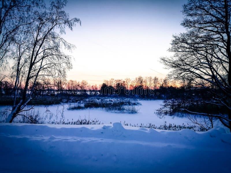 inverno congelado na vila do russo fotos de stock