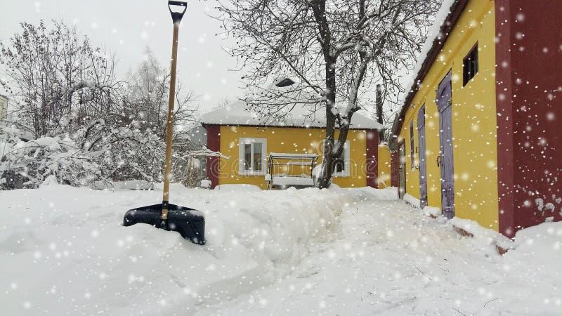 inverno da neve da limpeza do serviço da cidade com a pá após a jarda da tempestade de neve imagem de stock