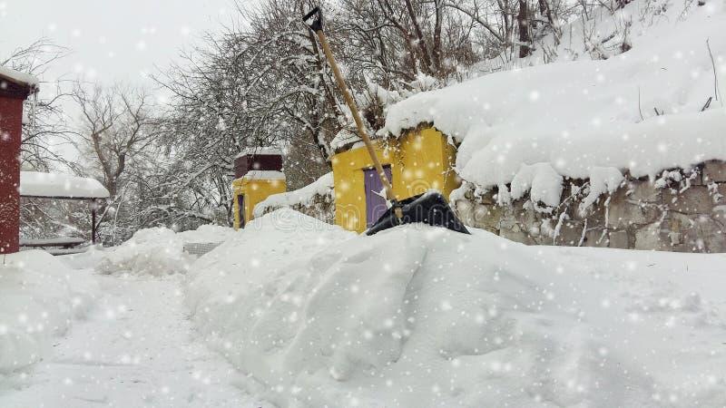 inverno da neve da limpeza do serviço da cidade com a pá após a jarda da tempestade de neve fotos de stock royalty free