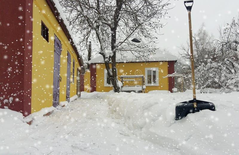 inverno da neve da limpeza do serviço da cidade com a pá após a jarda da tempestade de neve foto de stock