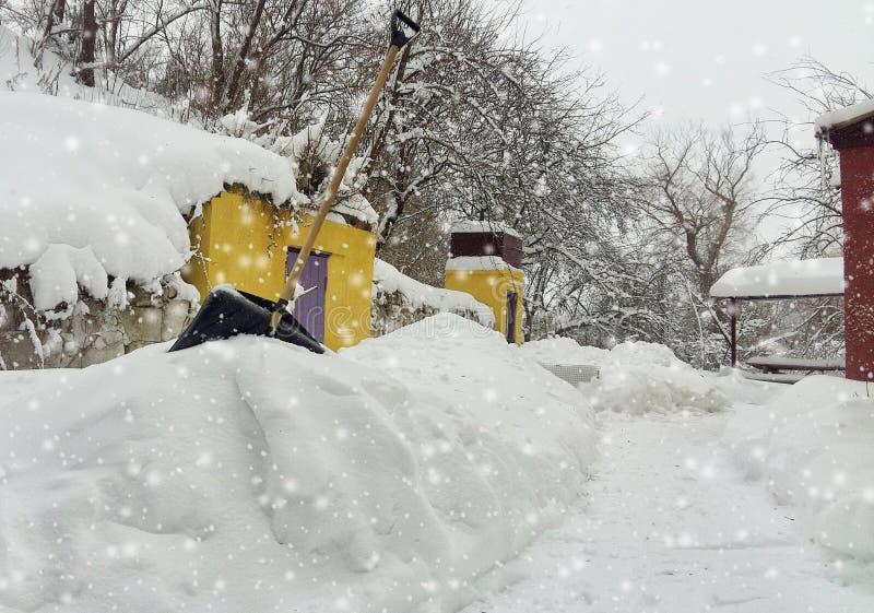 inverno da neve da limpeza do serviço da cidade com a pá após a jarda da tempestade de neve imagens de stock royalty free