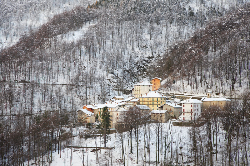 Download Inverno del villaggio immagine stock. Immagine di italia - 7314597