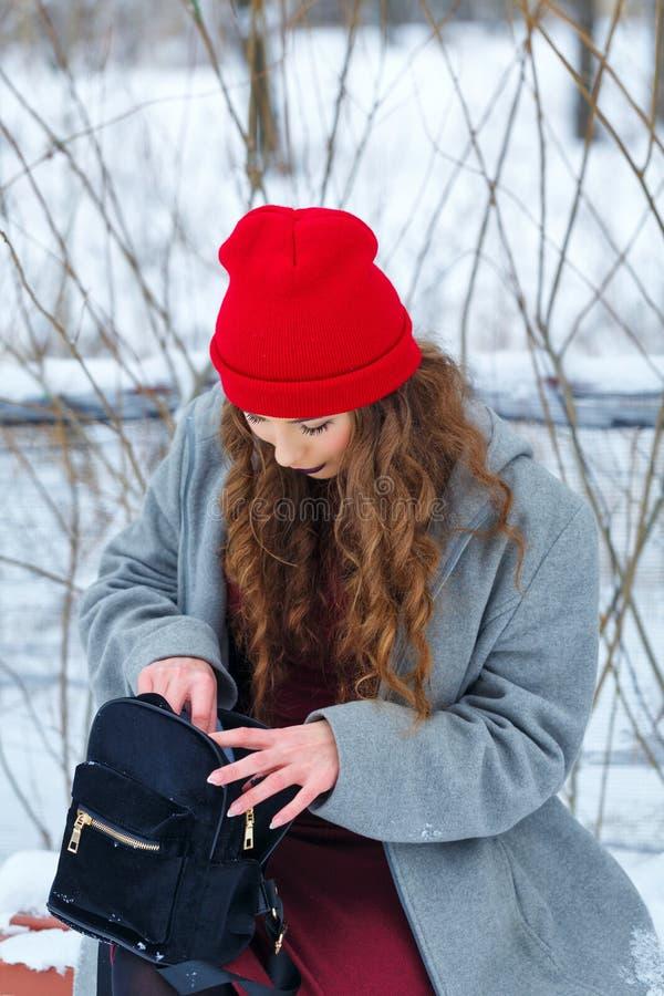 Inverno della ragazza dei pantaloni a vita bassa immagini stock
