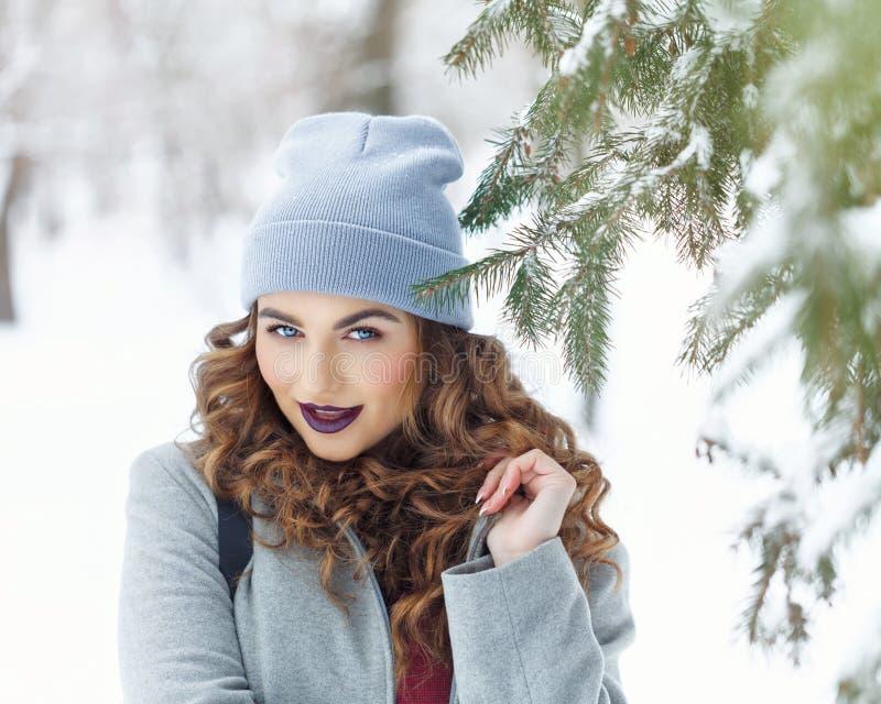 Inverno della ragazza dei pantaloni a vita bassa cute fotografie stock libere da diritti