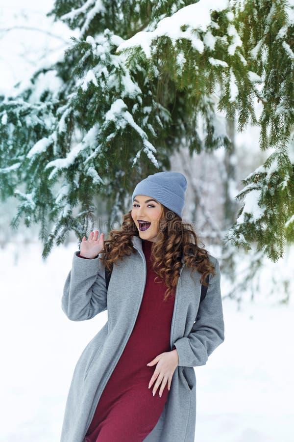 Inverno della ragazza dei pantaloni a vita bassa gioia immagine stock libera da diritti
