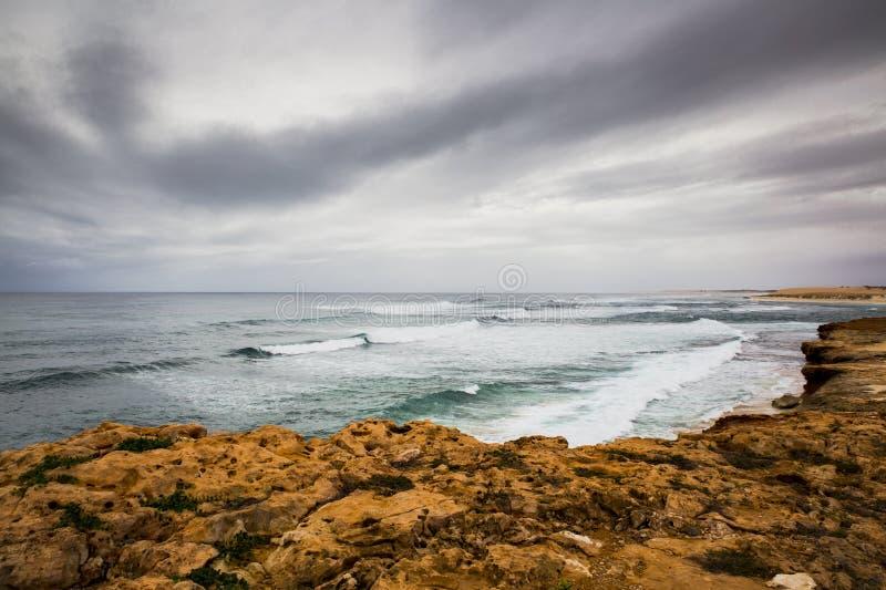 Inverno della tempesta della riva di mare della spiaggia dell'Australia della scogliera di Ningaloo fotografia stock