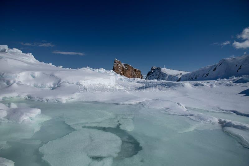 Inverno di angolo basso sparato di Perce Rock maestoso fotografia stock libera da diritti