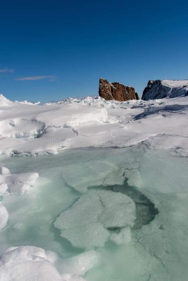 Inverno di angolo basso sparato di Perce Rock maestoso fotografie stock libere da diritti