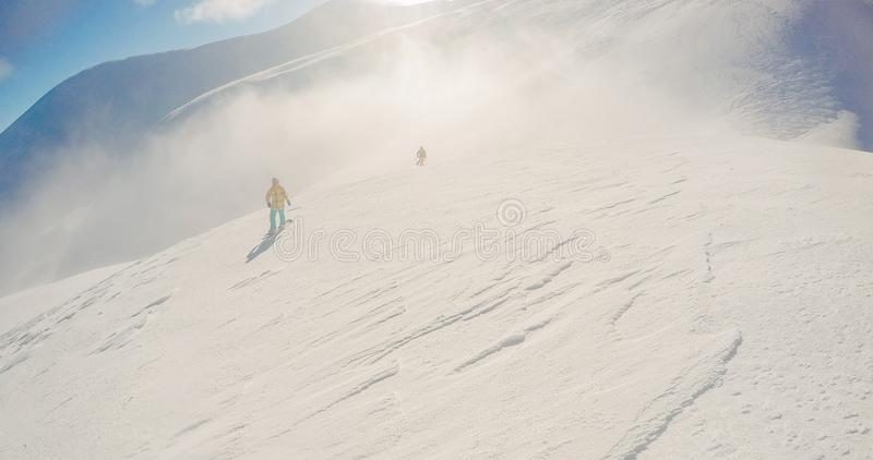 inverno do freeride da snowboarding, ao longo do homem com placa nas montanhas fotografia de stock royalty free