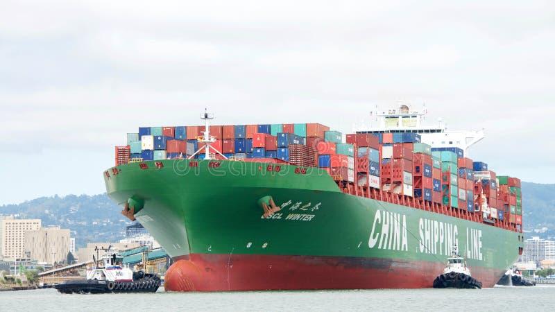 INVERNO do navio de carga CSCL que entra no porto de Oakland foto de stock royalty free