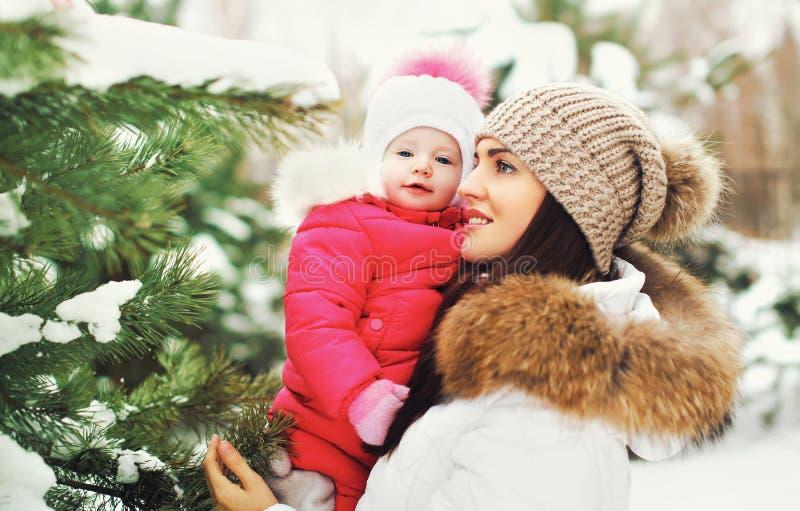inverno e conceito dos povos - mãe e bebê que têm o divertimento fotografia de stock