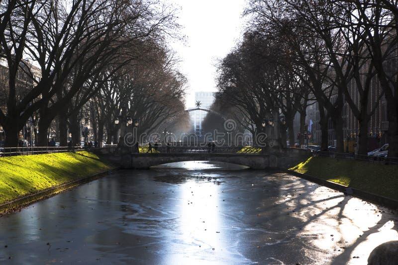 inverno em Dusseldorf - vala congelada Koenigsallee foto de stock