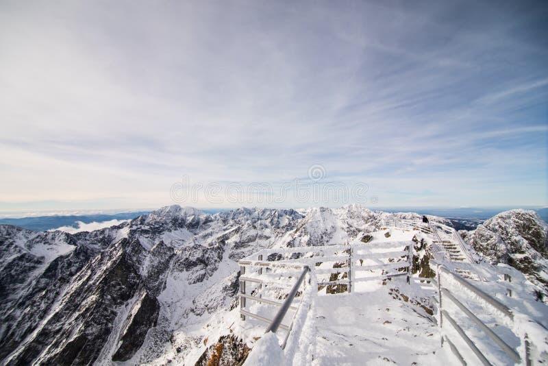 inverno em montanhas altas de Tatras Tatry alto slovakia foto de stock royalty free