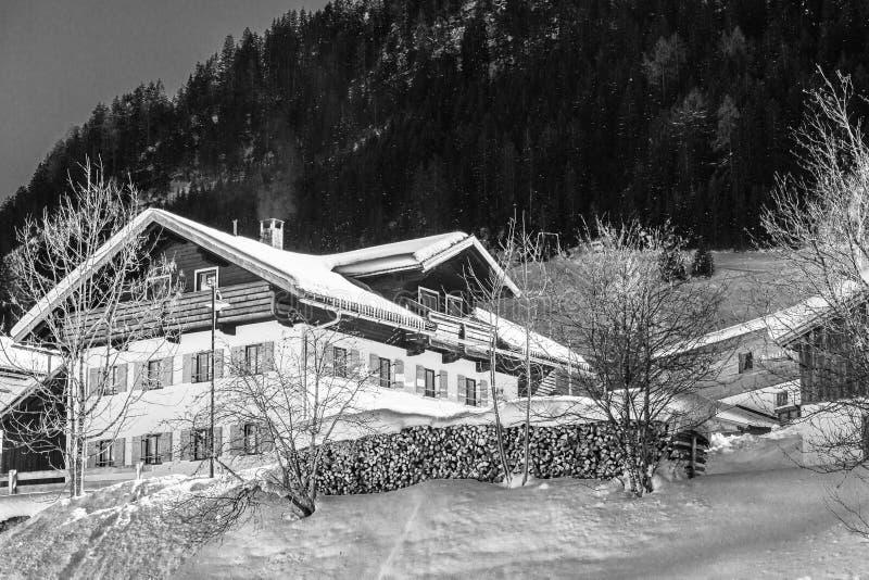 Inverno em montanhas com muita neve, céu azul brilhante fotos de stock royalty free