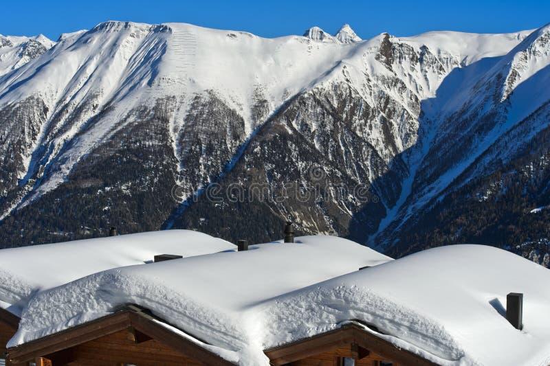 inverno em uma aldeia da montanha nos cumes suíços imagem de stock