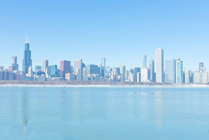 inverno frio em Chicago do centro com skyline da cidade imagens de stock