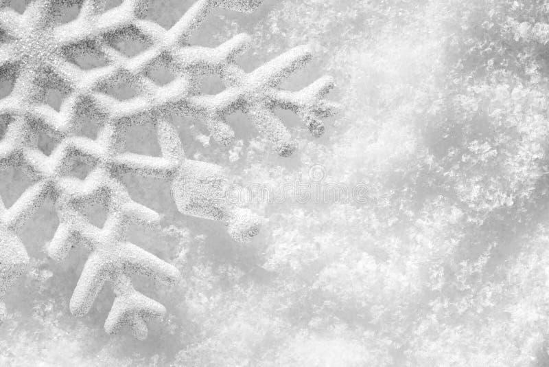 inverno, fundo do Natal. Floco de neve na neve imagem de stock