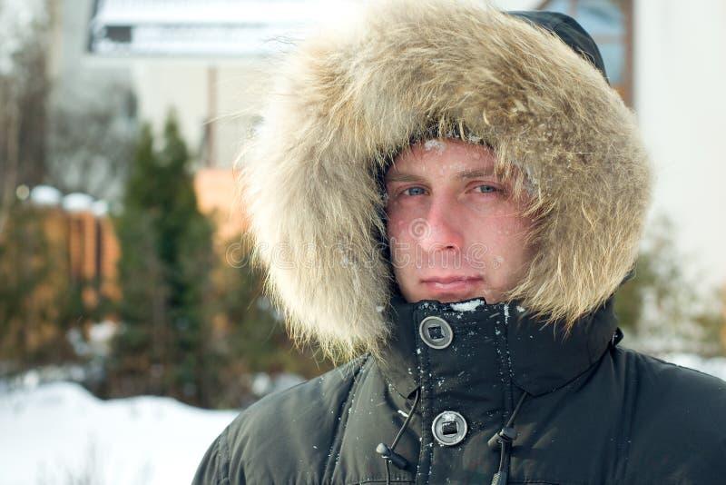 Inverno - homem no revestimento morno com capa peludo imagem de stock
