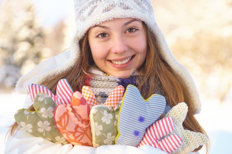 inverno. A jovem mulher com coração dá forma a exterior. imagens de stock