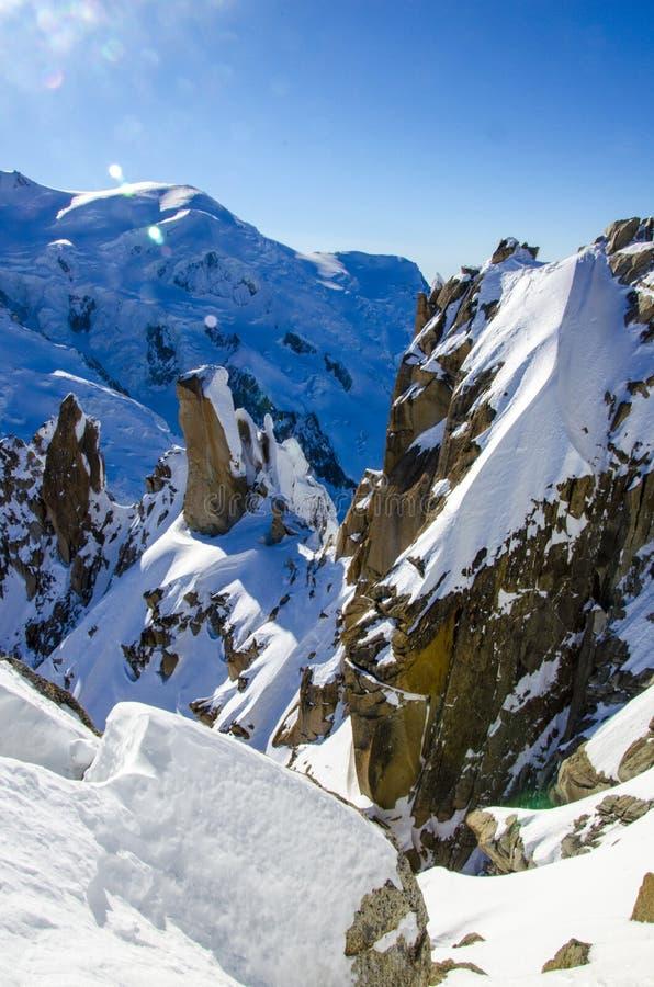 Inverno in montagne francesi Alpi francesi coperte di neve Punto di vista di Panoramatic di Mont Blanc nella parte di sinistra de immagine stock libera da diritti
