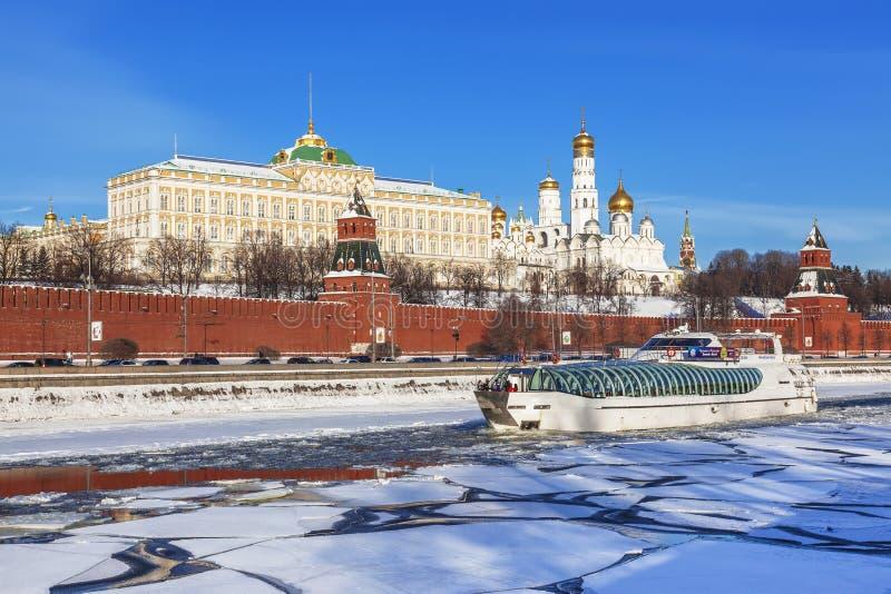Inverno Mosca, viaggio in barca sul fiume congelato di Mosca immagini stock libere da diritti